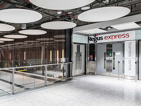 Prédio em Terminal 5 Arrivals Concourse, Heathrow Airport, Western Perimeter Road em London 1